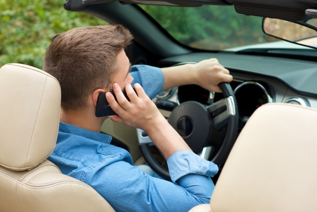 スマホの『ながら運転』で一発免停?罰則はどう変わるのか?